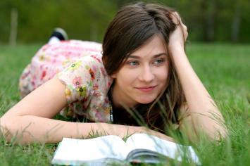 girl_reading_bible